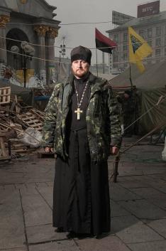 """... tworzona jest iluzja """"moralnej wyższości"""" """"pokojowych"""" demonstrantów nad """"brutalnym reżimem"""", często umacniana ostentacyjnym demonstrowaniem przekonań religijnych ... ksiądz z parafii pw. Św. Mikołaja w Kijowie, który dołączył do protestujących na Majdanie, Kijów, 2014"""