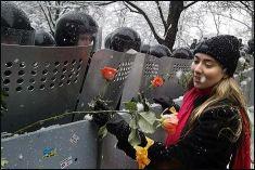 Wręczanie kwiatów jest metodą demotywowania funkcjonariuszy służb porządkowych stosowaną podczas każdej z 'kolorowych rewolucji' - na zdjęciu: 'Euromajdan', Kijów, grudzień 2013
