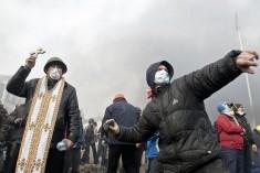 Antyrządowy demonstrant obrzuca siły porządkowe kamieniami, Kijów, okolice Placu Niezależności, 19.II.2014.
